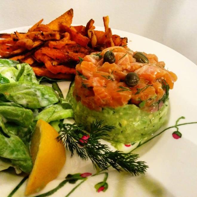 tartare-saumon-avocat-frite-salade